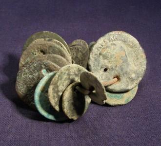 Les trous dans les monnaies, une réponse ? Roman_Coin_Horde_w_l_1